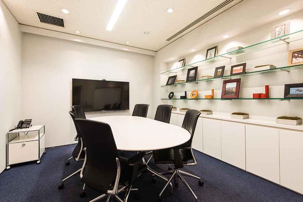 応接会議室では日々、お客様との商談や採用面接が行われています。棚に飾ってある写真は、弊社社長が海外の旅先で撮影してきたものです。