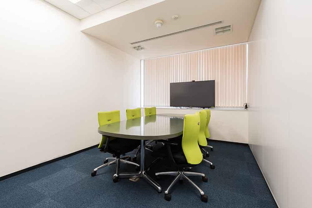執務スペース内にあるミーティングルームです。会社には全部で6つのミーティングルームがあります。